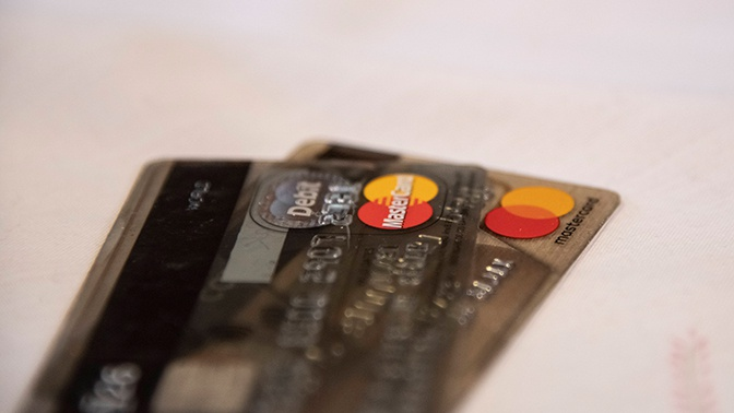 Эксперт назвал причины размагничивания банковский карт