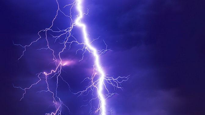 Два человека погибли от удара молнии в Новосибирской области