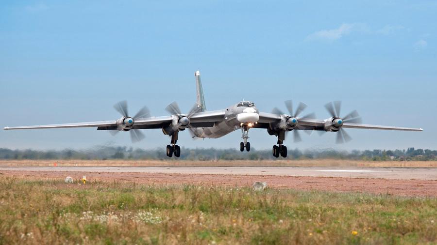 Над тремя морями: стратегические ракетоносцы Ту-95МС совершили плановый полет
