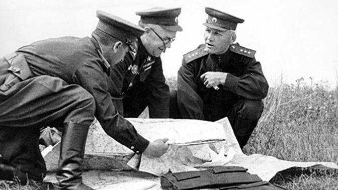 И.С. Конев (первый справа) с Г.К. Жуковым (в центре) на Курской дуге. Август 1943 года