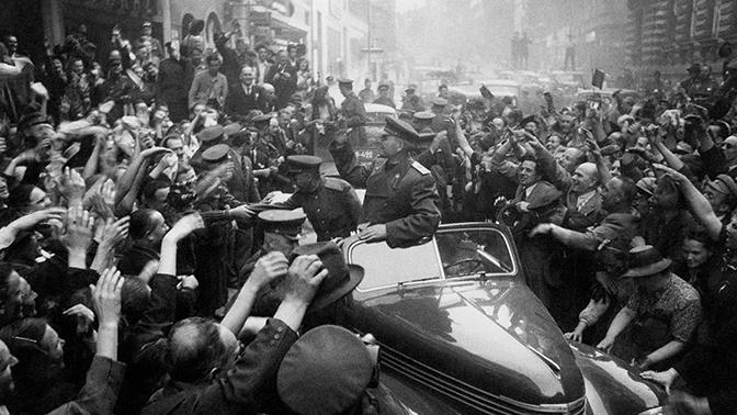 Командующий войсками 1-го Украинского фронта Маршал Советского Союза И.С. Конев в освобожденной Праге. Чехословакия, май 1945 года.