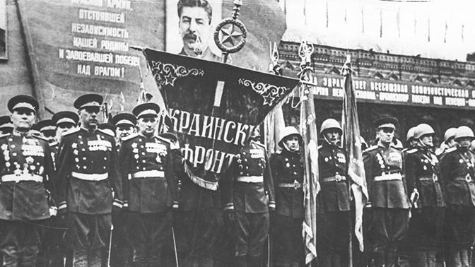 Маршал Советского Союза И.С. Конев в составе сводного полка 1-го Украинского фронта на Параде Победы на Красной площади. 24 июня 1945 года.