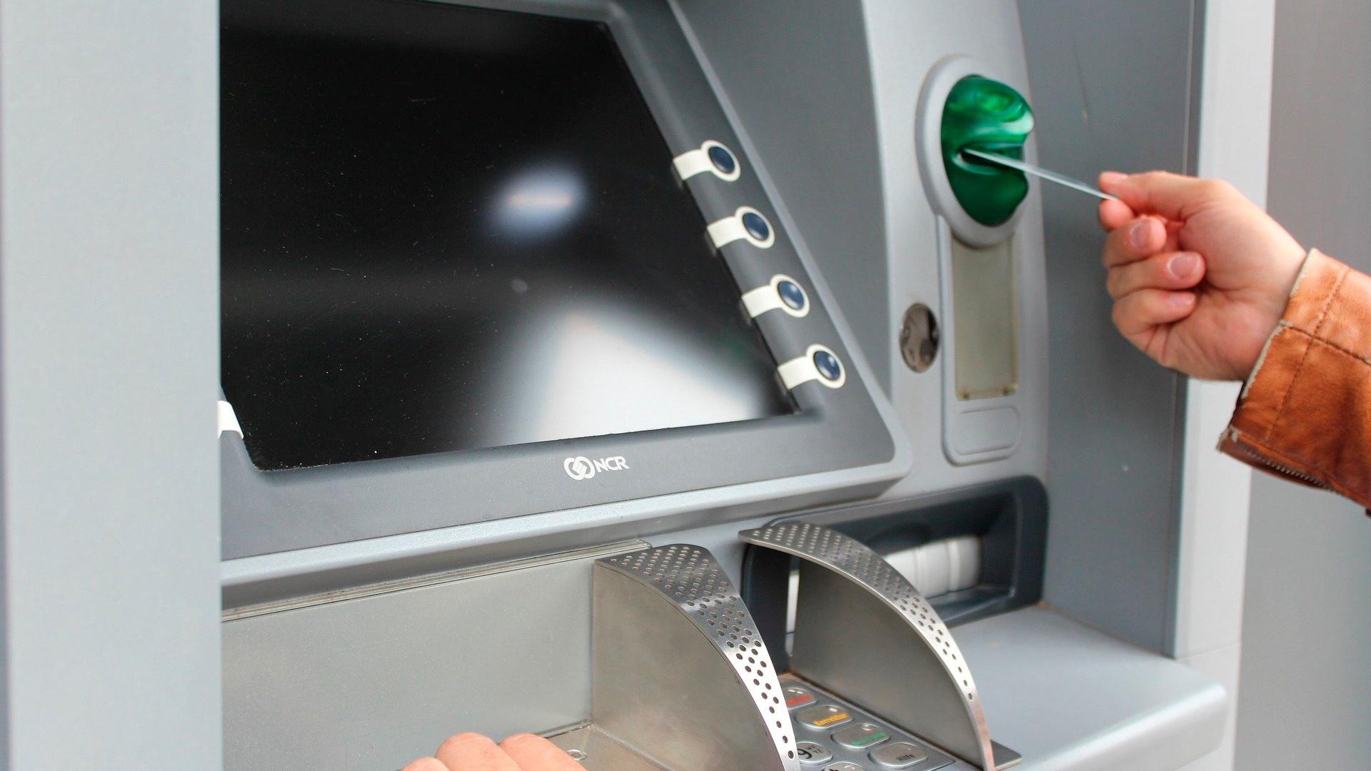 Сбербанк ввел комиссию в 1% для всех переводов через банкоматы