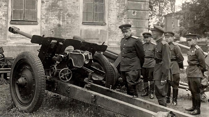 Командующий Ленфронтом Л.А. Говоров осматривает трофейные немецкие орудия. Ленинград, 1943 год.