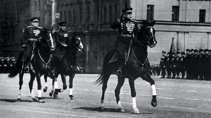 Маршал Советского Союза Л.А. Говоров принимает первомайский парад в Москве