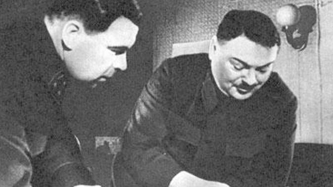 Командующий Ленфронтом Л.А. Говоров и член военного совета фронта А.А. Жданов над разработкой операции