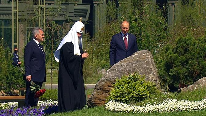 Путин, Шойгу и патриарх Кирилл возложили цветы к мемориалу «Матерям победителей»