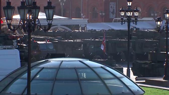 Колонна техники для участия в Параде Победы замерла на Тверской улице
