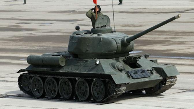 Легендарный Т-34 возглавил механизированную колонну в Параде Победы во Владивостоке
