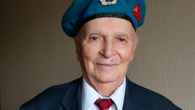 Ветеран войны показал памятный подарок от президента РФ