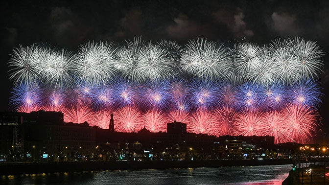 Искрящееся небо: салют в честь 75-летия Победы озарил Москву