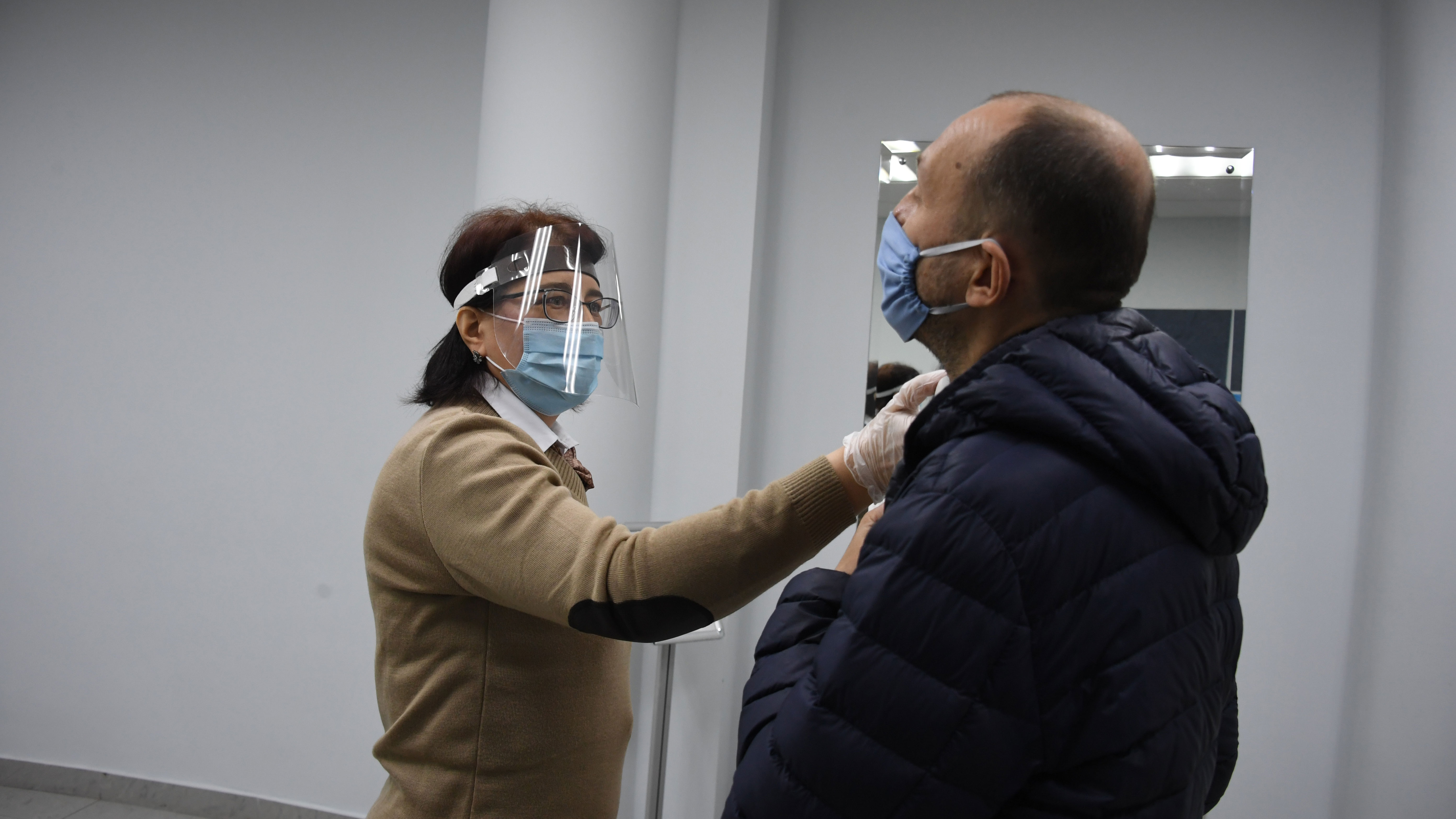 Косметолог назвала правила ношения маски в жару