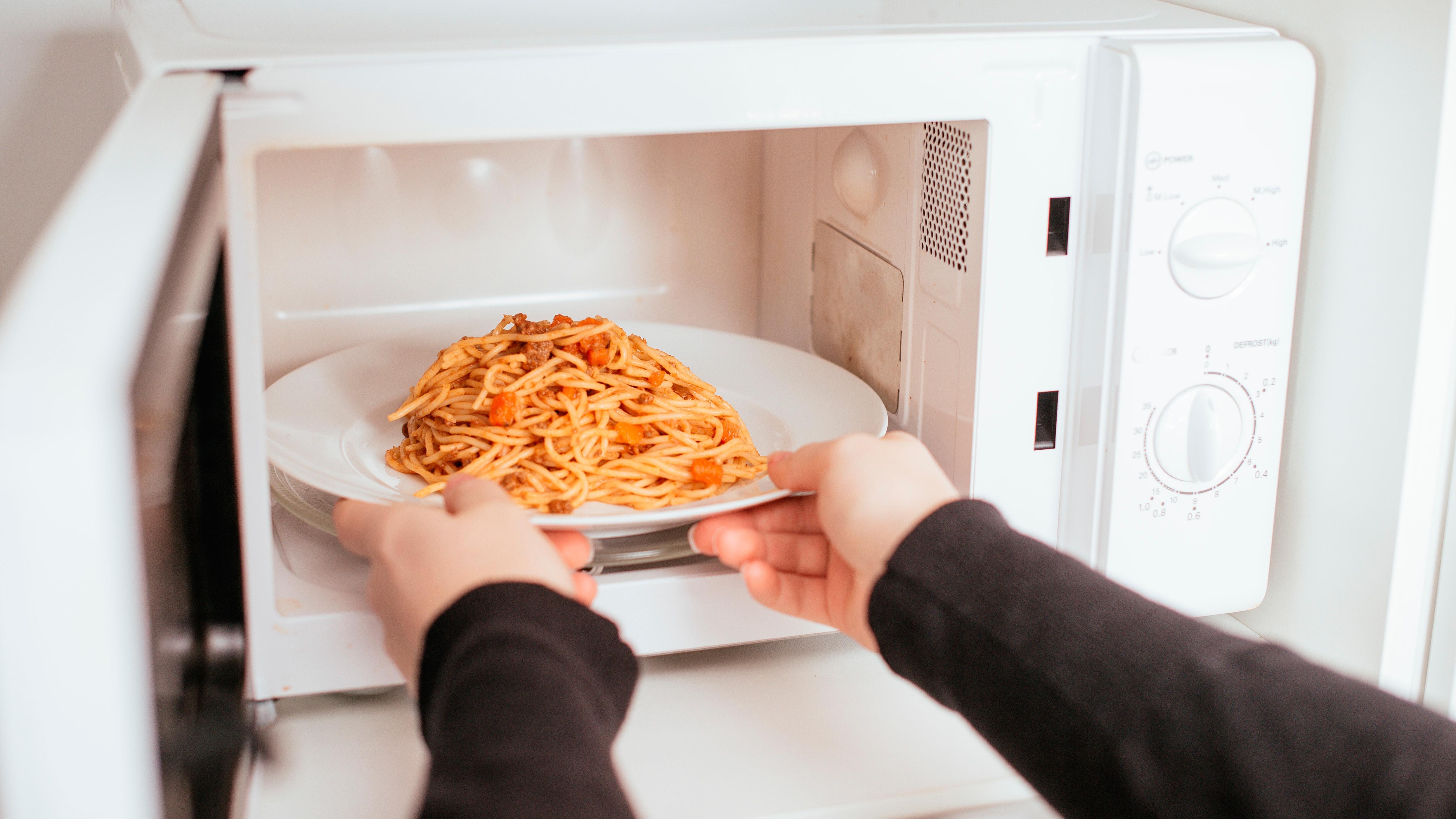 Названы преимущества микроволновой печи перед плитой и духовкой