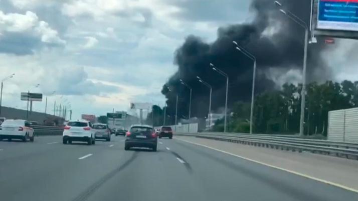 Стена черного дыма: опубликованы кадры мощного пожара на Новорижском шоссе