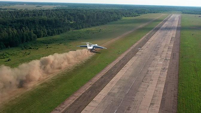 Огромный транспортник Ил-76 садится на грунт: кадры учений экипажей ВТА