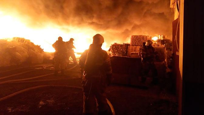 Огонь вспыхнул рядом с нефтебазой в Казани