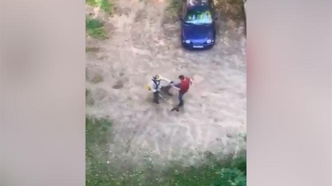 Коммунальщик устроил «битву» электрокосой с жителем Костромы: видео