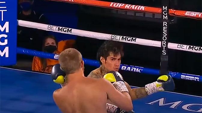 Двойной удар: в США боксеры одновременно отправили друг друга в нокдаун