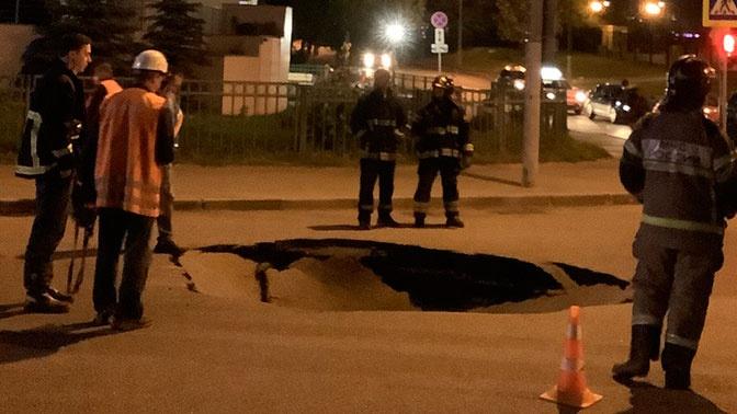 В Москве часть дороги ушла под землю