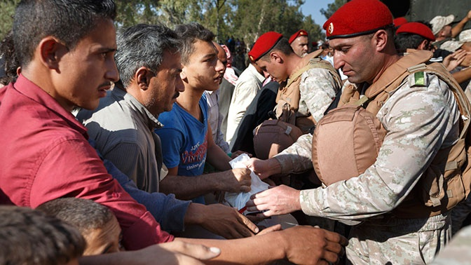 Жители освобожденного от боевиков поселка Эль-Эс в Сирии получили тонну хлеба от военных РФ