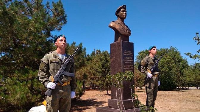 В Севастополе открыли памятник погибшему бойцу шестой роты Андрею Арансону