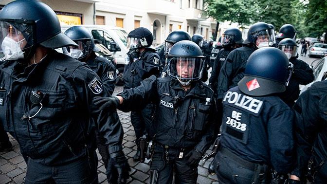 Восемнадцать полицейских пострадали во время митинга против ограничений из-за коронавируса в Берлине