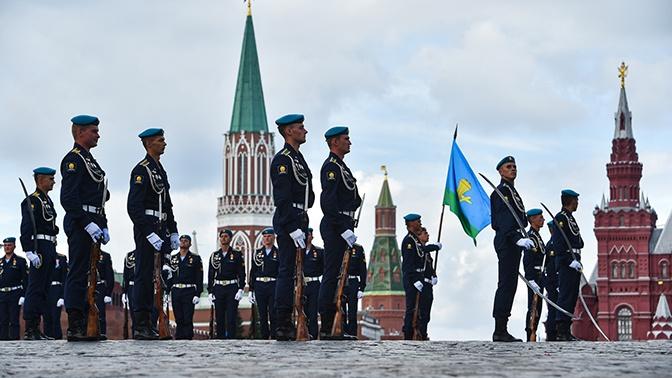Десантники совершили крестный ход по Красной площади в День ВДВ: фоторепортаж