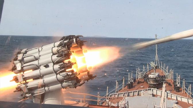 Корабли ТОФ обстреляли «вражескую» подлодку бомбами и торпедами