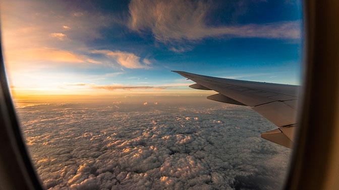 Эксперт рассказал о самых грязных местах в салоне самолета