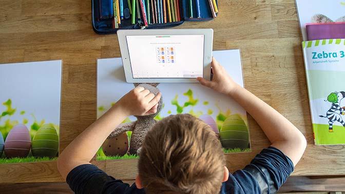 Психолог назвал плюсы выдачи планшетов детям