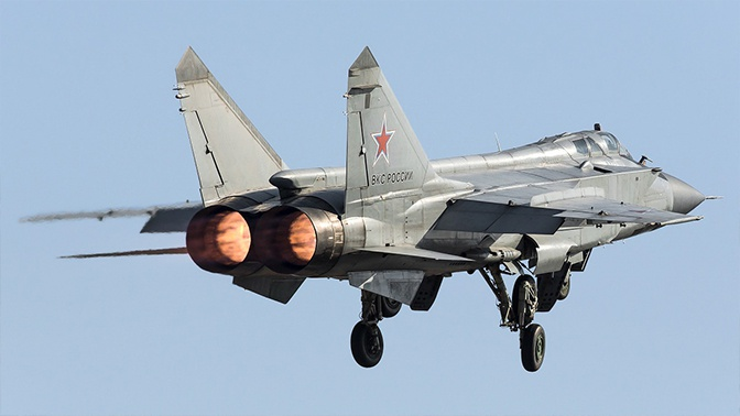 МиГ-31 подняли в воздух из-за полета над Баренцевым морем военного самолета США