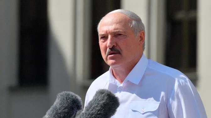 Лукашенко на вертолете прибыл на Минский завод колесных тягачей