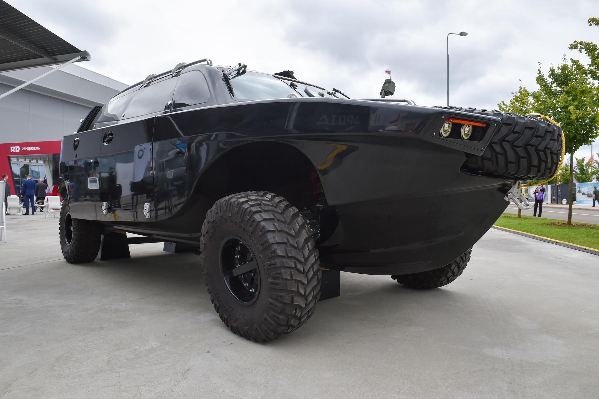 Полноприводный внедорожник-амфибия «Дрозд» способен развивать скорость до 100 км/ч на суше и до 70 км/ч на воде. Масса автомобиля 2 тонны, грузоподъёмность 1,5 тонны.