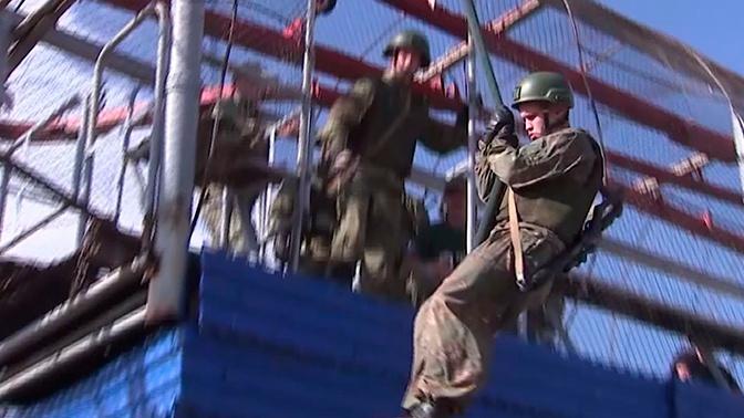 Участники конкурса «Полярная звезда» отработали «десантирование» с борта вертолета