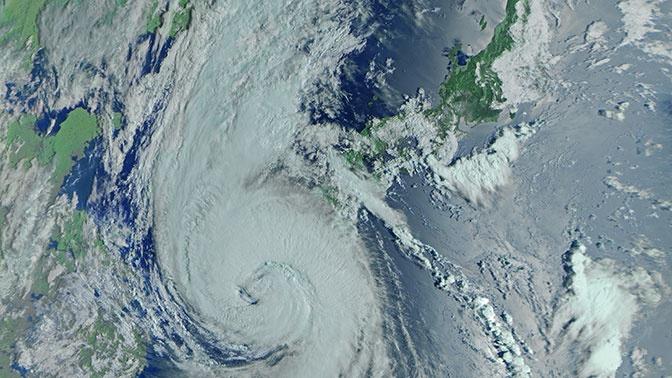 Мощный тайфун «Майсак» показали из космоса