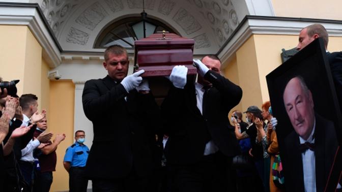 Бориса Клюева похоронили на Троекуровском кладбище