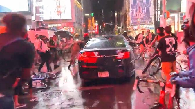 Машина врезалась в толпу протестующих в Нью-Йорке