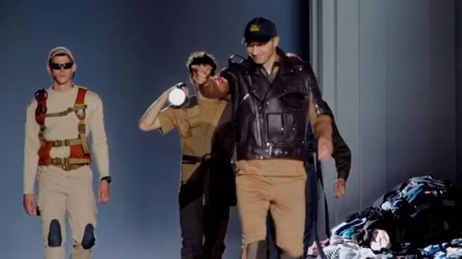 Кличко вышел на подиум в костюме охранника