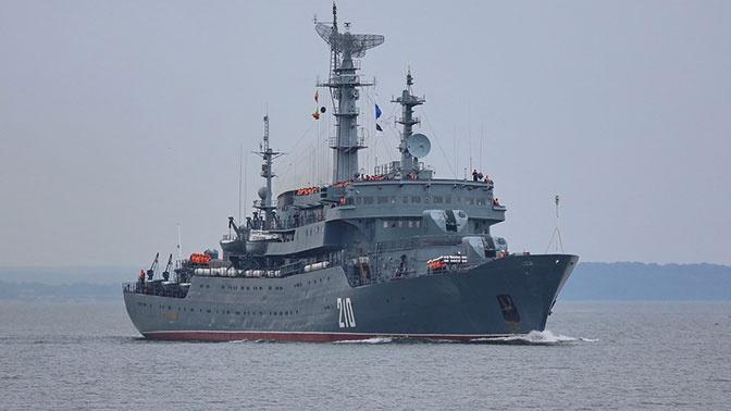 Учебный корабль ВМФ России «Смольный» проходит черноморские проливы