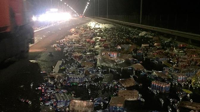 Трассу под Ростовом засыпало пивом после аварии с фурой