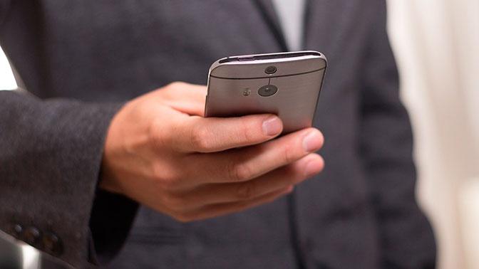 Свет от смартфонов оказался опасным для кожи