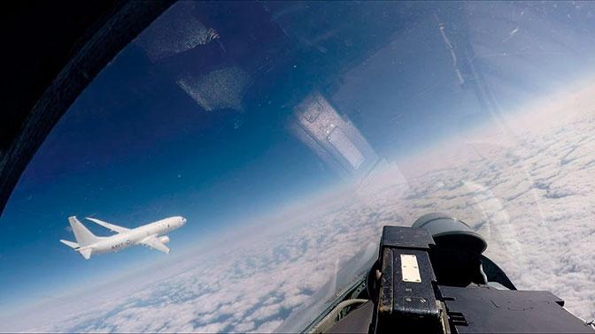 Из кабины Су-27: кадры перехвата самолетов-разведчиков над Балтикой