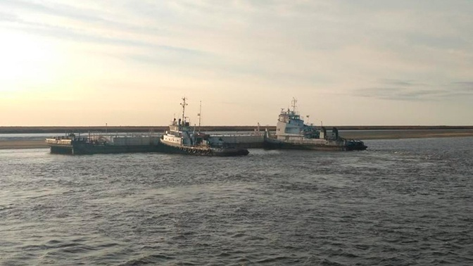 На Ямале нефтеналивная баржа столкнулась с теплоходом