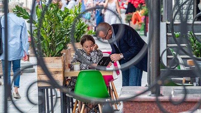 Ресторанам России запретили включать в чек чаевые