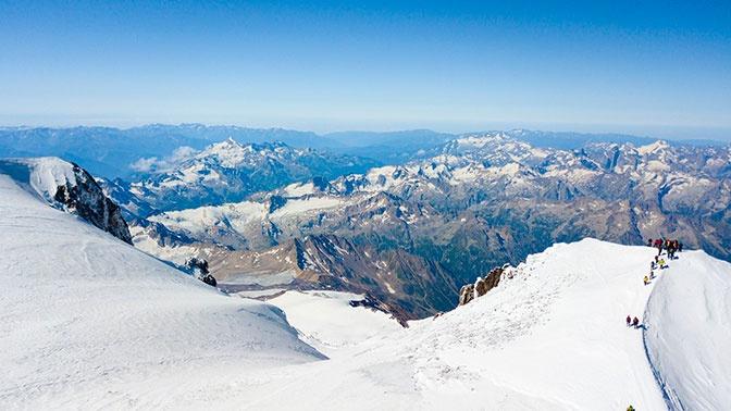 Спасатели отправились на поиски двух альпинистов, заблудившихся на Эльбрусе