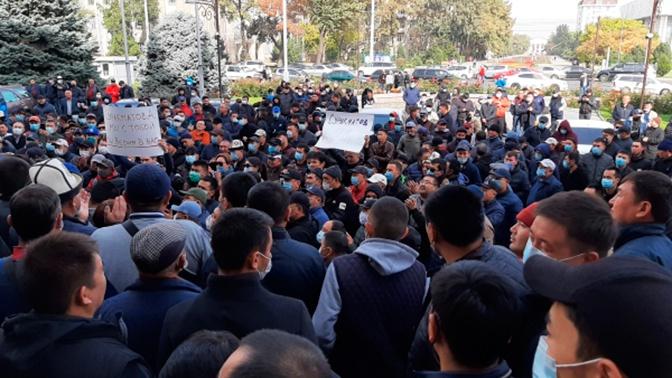 В Бишкеке ввели комендантский час и запретили собрания и митинги