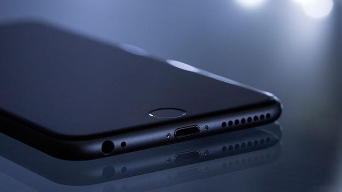 Назван «срок жизни» коронавируса на купюрах и экранах смартфонов