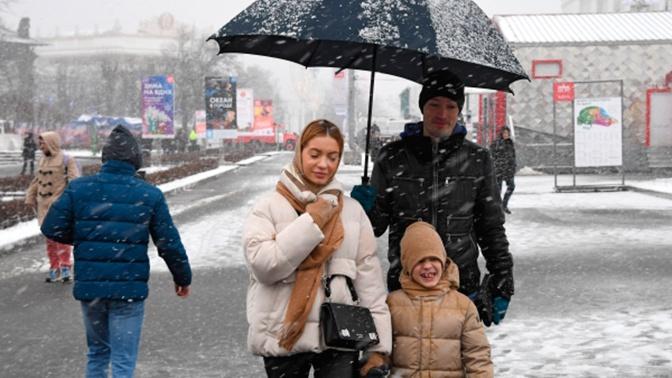Москвичей предупредили о мокром снеге и гололедице на выходных