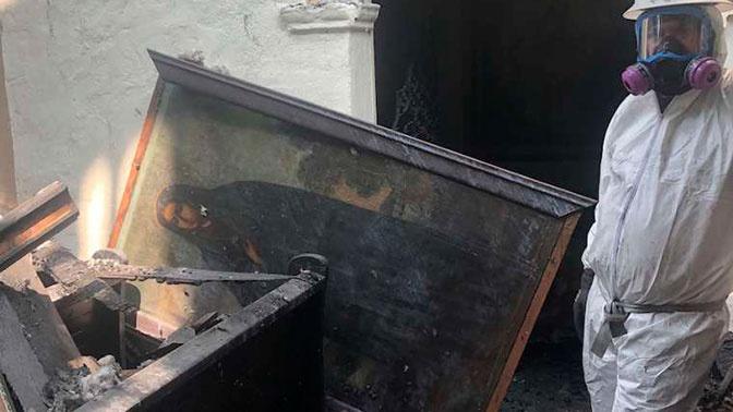 В Калифорнии из сгоревшей церкви спасли древнюю картину Богоматери