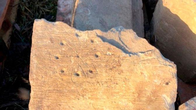 На руинах средневековой церкви в Британии были найдены «следы ведьм»